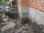 Odkryte fundamenty przygotowywane do otynkowania przed izolacją i drenażem